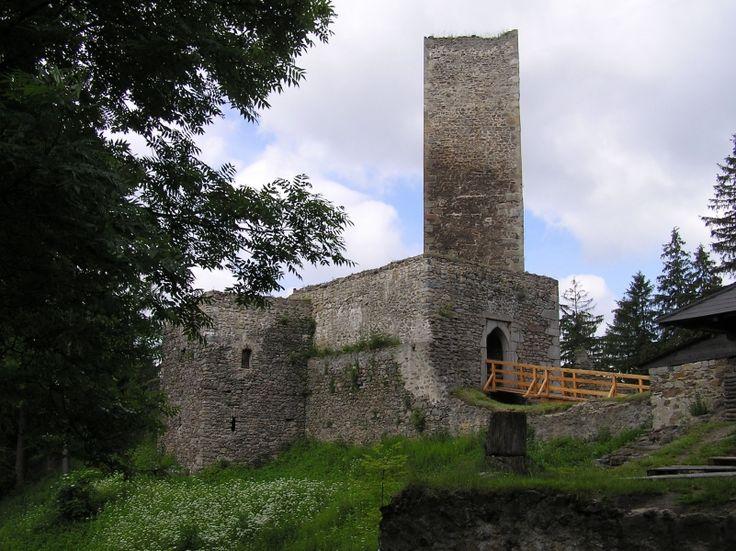 Zřícenina hradu Orlík (prohlídka), Rozkoš u Humpolce |  Zřícenina hradu Orlík (prohlídka), Rozkoš u Humpolce Hrad, založený v poslední třetině 14. století, představuje zástupce tzv. blokové dispozice, přičemž jeho extrémně miniaturní rozměry způsobily, že věž musela ztratit svou obytnou funkci a stala se bergfritem - věží útočištnou. V případě ohrožení poskytovala obyvatelům hradu poslední útočiště, v případě míru ovšem k obytným účelům neslo