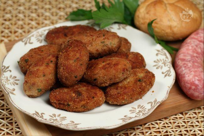 I mondeghili sono polpette tipiche milanesi fritte nel burro preparate con pane raffermo, avanzi di carne, salsiccia e mortadella di fegato.