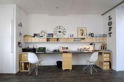 INSPIRATION / AMENAGEMENT : créer un coin bureau pour deux (ou 3) devant la fenêtre à l'aide d'un système simple de plan de travail et de tréteaux ou de caissons. Cela va dégager entièrement l'espace et alléger la composition. Un bureau face à une fenêtre, c'est aussi plus agréable et plus confortable... Astuce déco : personnaliser le coin de chacun par une chaise et une lampe de couleur différente ainsi que des articles de bureaux distincts.
