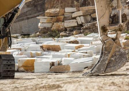 Bloques de Mármol Blanco de Macael extraídos de las canteras por espectaculares máquinas