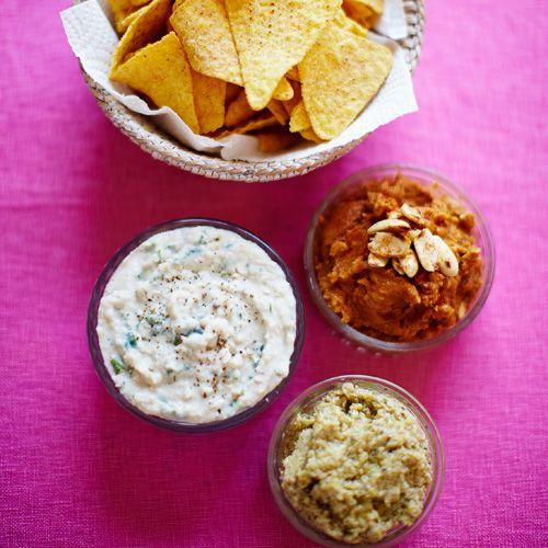 Haal je favoriete chips maar uit de kast en geniet van deze drie heerlijke dipsausjes. Ook lekker met jouw favoriete crudité (rauwe groenten)    Witte bonendip  Maak puree van witte bonen uit blik met 150 gram kruidenroomkaas,citroensap, 1 teentje...