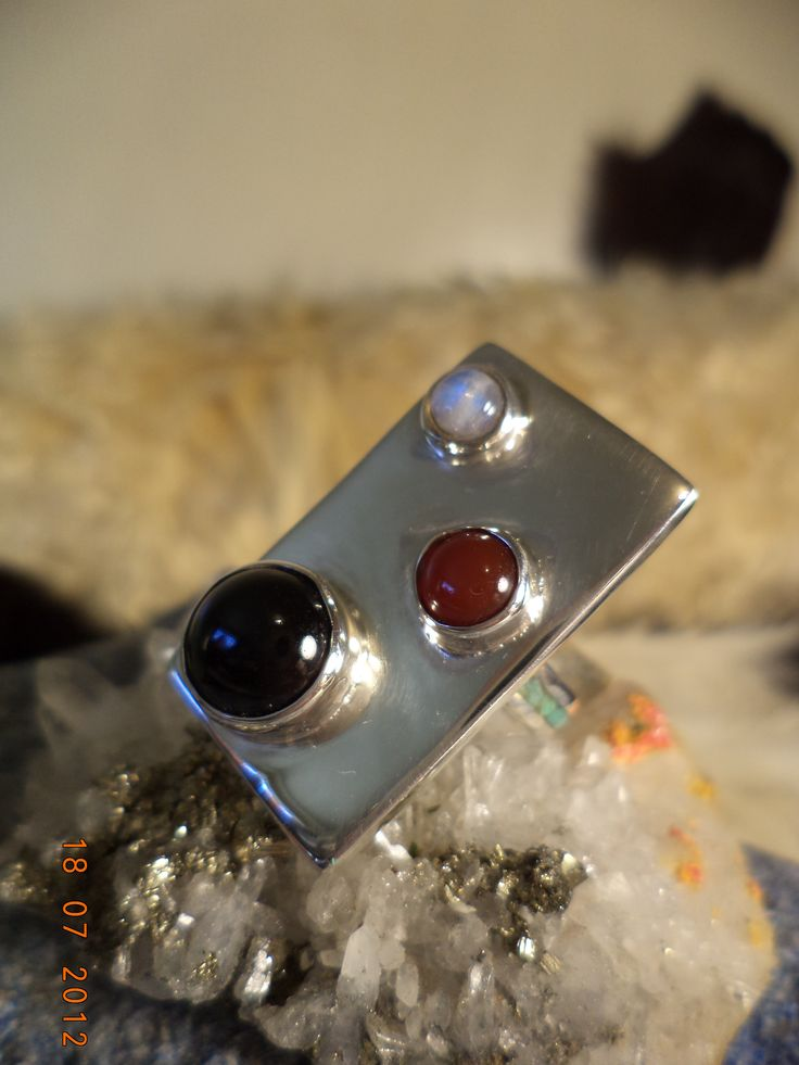 Anillo de Plata con 3 Piedras Naturales Brasileñas Onix:negro,Piedra Luna:blanca, y Agata Caramelo