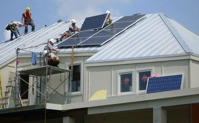 Брэд Питт построил дома для сотни семейБрэд Питт построил дома для сотни семей Дома строили, используя новейшие экотехнологии и принципы «зеленого» строительства. На крышах установлены солнечные батареи.