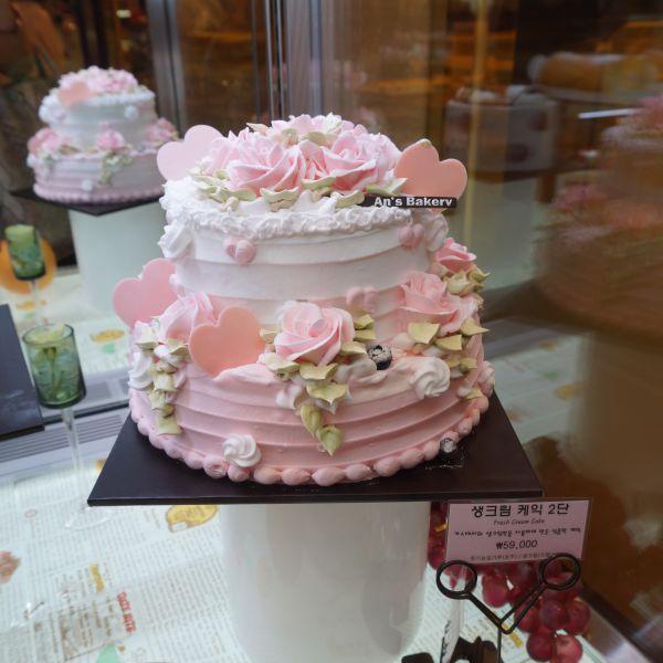 카스테라와 생크림만을 사용하여 만든 심플한 케익 @롯데백화점 An's Bakery