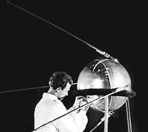 Spoutnik 1 a été le premier satellite artificiel de la Terre. Lancé le 4 octobre 1957 depuis la base de Tyuratam en URSS, Spoutnik 1 était constitué d'une sphère d'aluminium AMG6T de 2 mm...