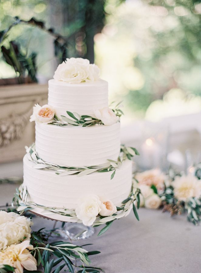 Pretty wedding cake for an Elegant Tuscan inspired wedding #weddingcake