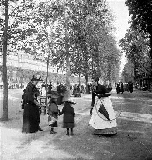 Promenade au jardin des Tuileries. Paris, vers 1895. Détail d'une vue stéréoscopique. © Léon et Lévy / Roger-Viollet