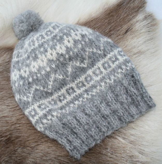 Supersoft and warm beanie for skiing or strolling along in wind and rain. 100 % high quality alpaca yarn from DSA.  Handwash in max 30 degree...
