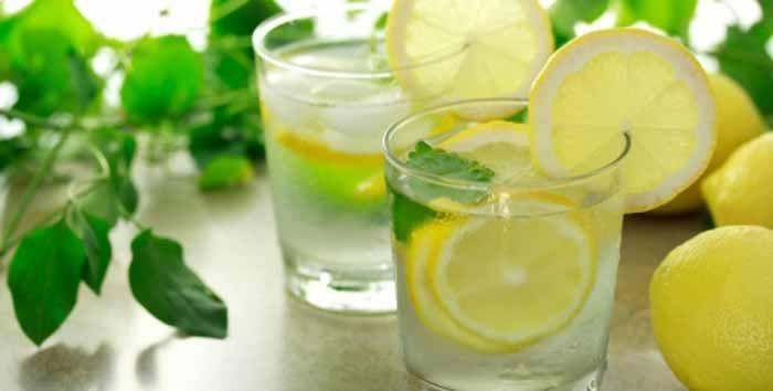 """Primeiro a """"receita: Basta espremer metade de um limão num copo grande de água morna. Agora, sim, alguns dos benefícios para a saúde: 1 - Reforçar a função"""