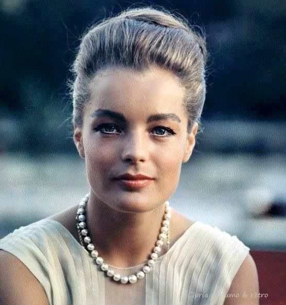 Romy Schneider. Look classique  Elle était vraiment belle.