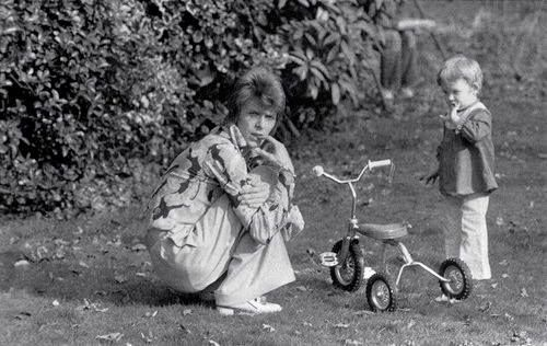 David and Zowie Bowie (Duncan Jones) consider a tricycle, 1972. - Velo Palm Springs