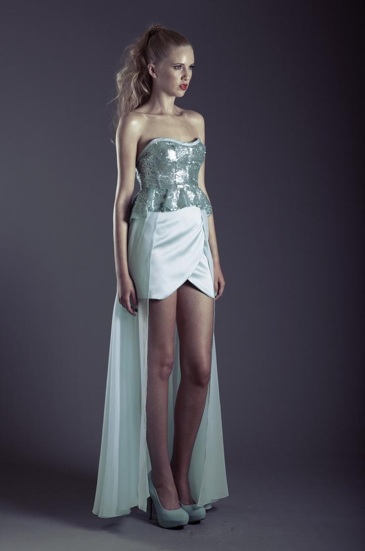 Bustier de lentejuelas con peplum, Falda corta envolvente de raso con media maxifalda transparente.