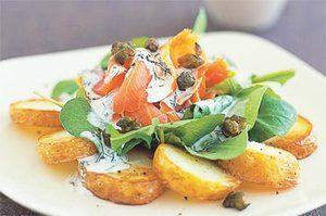 Копченый лосось с рукколой и картофелем