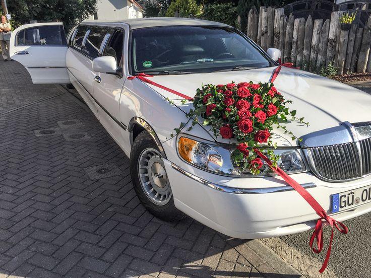 Stretchlimousine als Hochzeitslimousine mit Blumen geschmückt. Herz Gesteck auf der Motorhaube