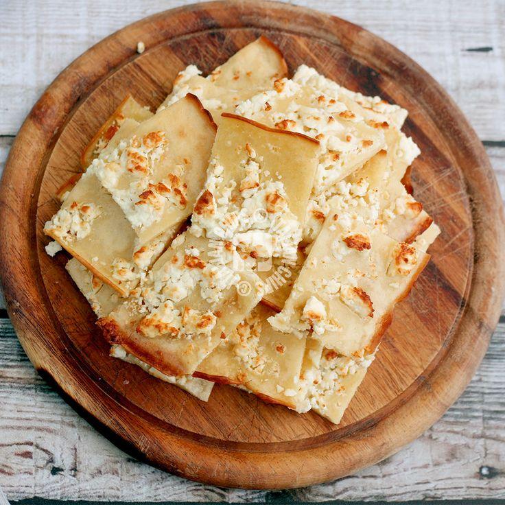 Ho visto questa focaccia al formaggio ma non l'ho fatta immediatamente perché non avevo la feta (formaggio greco)