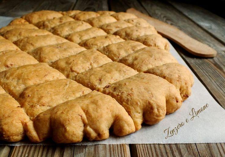 La crescente è una morbida focaccia di origine bolognese; è considerata un cibo da strada. Il suo impasto è arricchito con prosciutto crudo. Irresistibile.