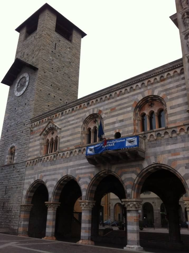 Broletto Palace built in 1215, it is a very precious medieval monument, close to the beautiful cathedral (duomo)