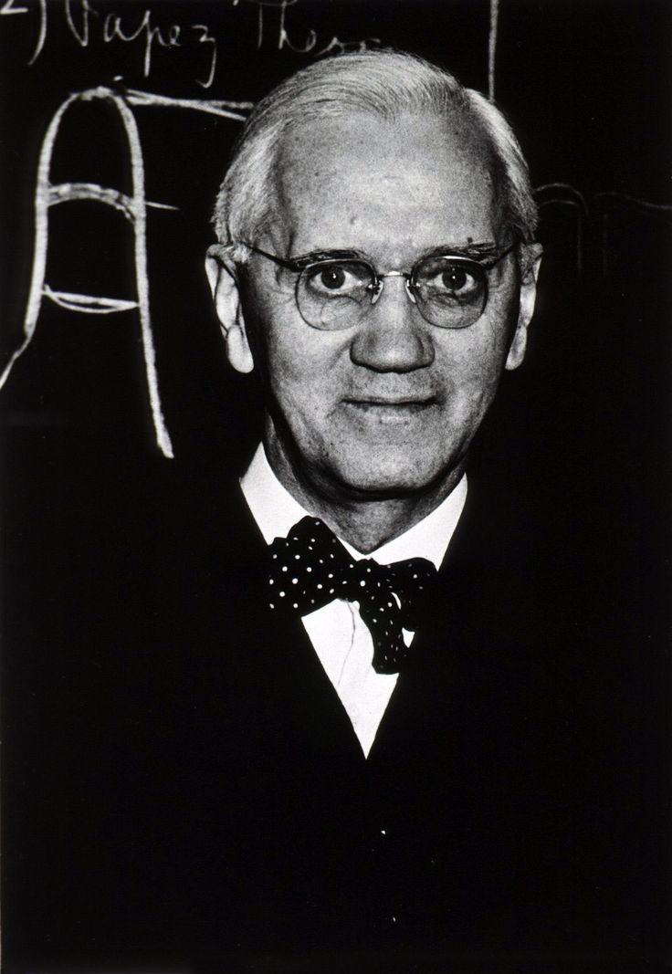 ALEXANDER FLEMING (6 de agosto de 188, Darvel, Escocia – 11 de marzo de 1955,  Londres) Famoso por descubrir la enzima antimicrobiana llamada lisozima. También fue el primero en observar los efectos antibióticos de la penicilina, obtenidos a partir del hongo Penicillium chrysogenum.