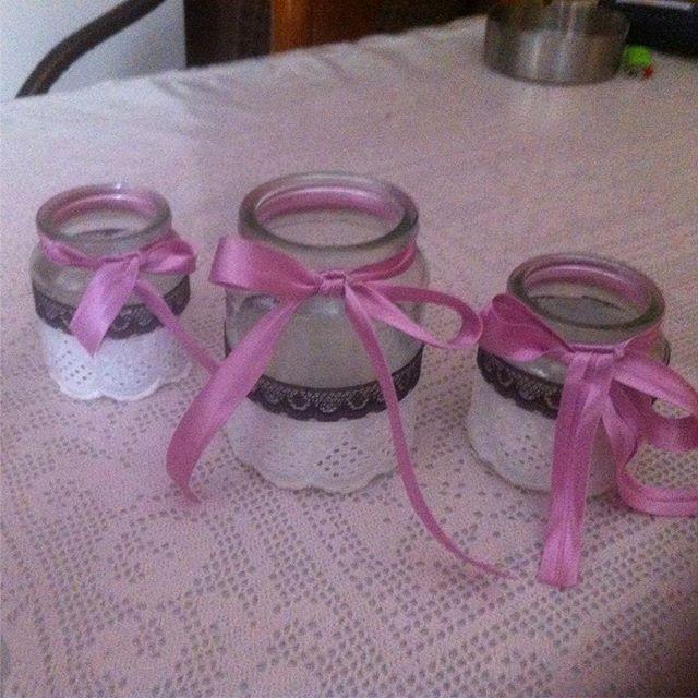 Χειροποίητα βαζάκια γυάλινα για γάμο η απλά διακοσμητικά ντυμένα με κοφτή δαντέλα λευκή και μαύρη Έχουν πολύ όμορφο τελείωμα από σατέν ροζ μοβ κορδέλα .Μπορούν να χρησιμοποιηθούν για ρεσω η για λουλούδια Πωλούνται και τα 3 μαζί