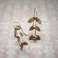 シルバーの枝に真鍮の葉と、ブロンズの木の実がなりました。 シンプルモダンでクールな印象のピアスです。ゴールド、シルバー、どちらのジュエリーともコーディネートしていただけます。*変色防止をしておりますが、時間の経過とともに、黒ずむ可能性がございます。シルバー磨き用のクロスで磨くと色合いは戻ります。*ギフトラップ無料です。ご注文の際にお申し付けください。素材真鍮ブロンズシルバー925サイズトップからボトム 4cmYoko's Jewelry on Facebookhttps://www.facebook.com/yokosjewelryPinteresthttps://jp.pinterest.com/yokosjewelry/Instagramhttps://instagram.com/yoko450/『ハンドメイド新作2018』