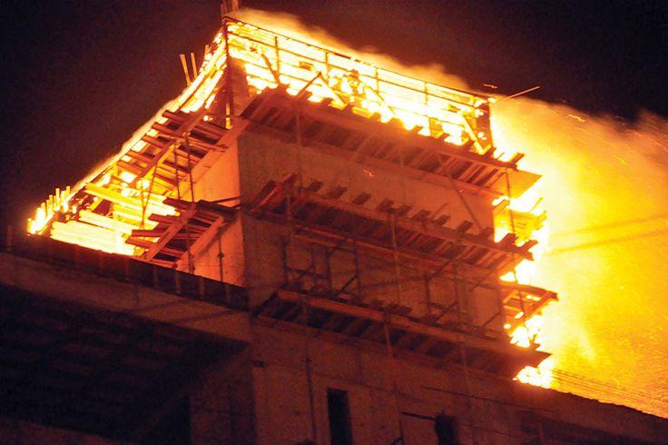Comodoro: se incendió la obra en construcción de Petroleros Jerárquicos http://www.ambitosur.com.ar/comodoro-se-incendio-la-obra-en-construccion-de-petroleros-jerarquicos/ Pasadas las 21:30 de anoche, vecinos alertaron sobre las llamas que se desprendían en las alturas de la edificación del sindicato de petroleros jerárquicos ubicado en la esquina de Saavedra y Bouchardo.     El edificio de la sede se encuentra en marcha en un terreno de 4.000 metros cuadrados que aye