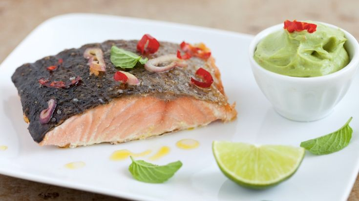 Filetto di salmone alla griglia con peperoncini e purè di avocado