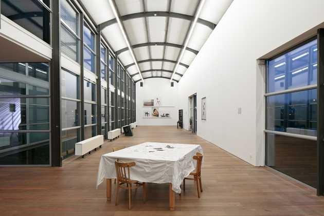 Overzicht paviljoen 4 met Yael Davids, Will Holder, Suchan Kinoshita en Barbara Visser. © Jordi Huisman, Museum De Paviljoens