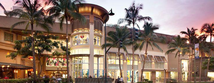 ロイヤル・ハワイアン・センター   ロイヤル・ハワイアン・センターは、ワイキキの中心部、カラカウア通りに面した最高の立地に3区画にわたって広がる、ワイキキ最大のショッピング・エンターテイメント複合施設です。総面積約28.800平方メートルの開放的な雰囲気のフロアには、高級ブティックや人気のブランド、ハワイならではのユニークなお店など、110店以上のショップとレストランが立ち並び、他にワイキキ最大のグリーン・スペースやラスベガス発エンターテイメント、無料のカルチャープログラムも揃っています。