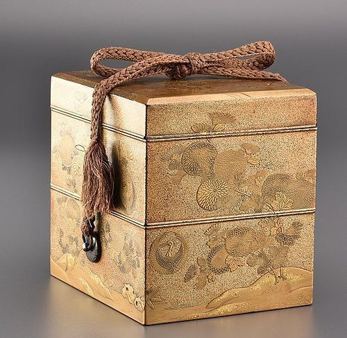 lacquered japanese box with 2 mon