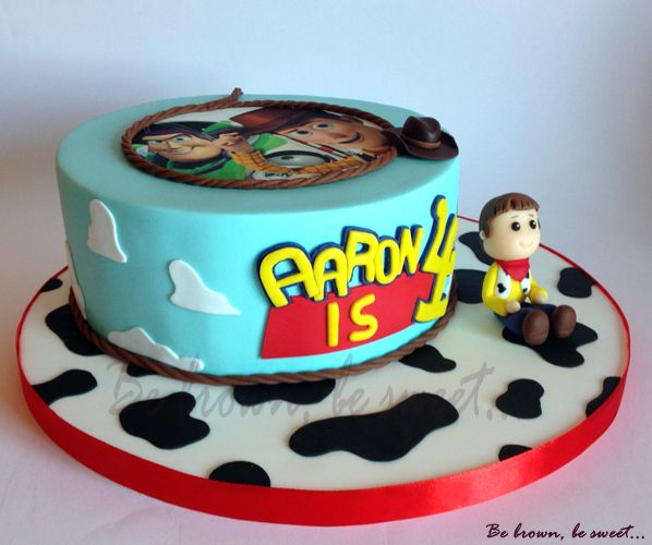 Tarta de Toy Story con figura sencilla de Woody modelada en fondant.