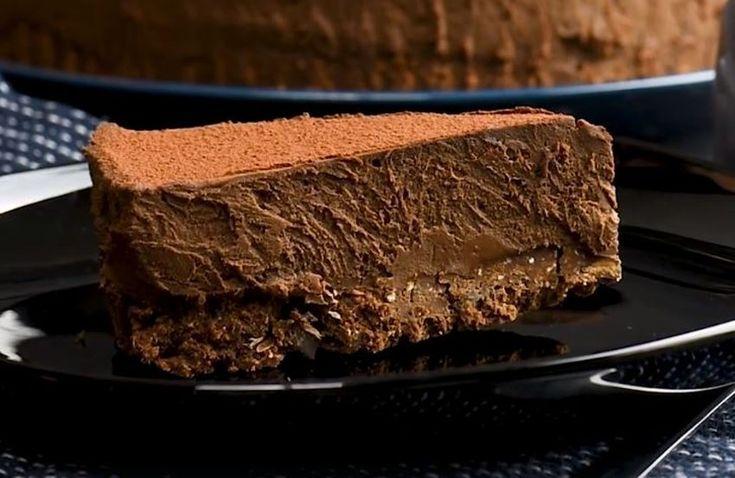 Pozor na predávkovanie čokoládou! Ak hľadáte recept na tú najlepšiu čokoládovú tortu na svete, práve ste ho našli. Navyše, pripravíte ju rýchlo a bez pečenia. Budeme potrebovať: 200 gramov maslových keksov 50 gramov roztopeného masla 50 gramov kakaa 2 PL kakaa 50 gramov horkej čokolády 400 ml smotany na šľahanie 2 PL masla 300 gramov
