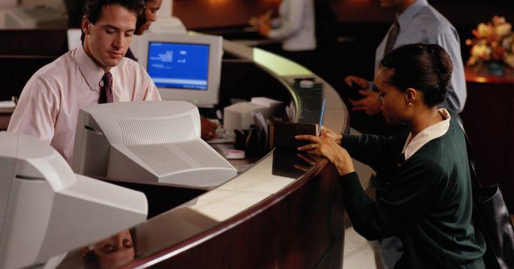 Cómo ser un cajero bancario exitoso . Nueve de cada 10 personas que entran en un banco o institución financiera van porque tienen una transacción que les gustaría manejar en la línea de caja. Los cajeros son los empleados que están representando al banco. Es muy importante para el bien de la entidad bancaria que los cajeros tengan éxito en su trabajo.
