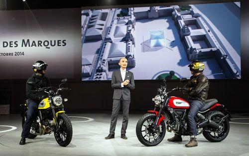 El modelo italiano, presentado en el salón Intermot de Colonia, ha lucido palmito en el certamen francés junto al resto de novedades del Grupo Volkswagen. La Ducati Scrambler, disponible en cuatro versiones, se pone a la venta desde 8.350 euros.