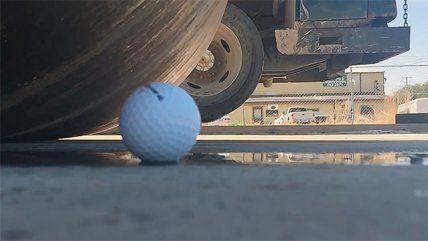 1846Mira lo que ocurre cuando una aplanadora pasa sobre una pelota de golf - Cooperativa.cl