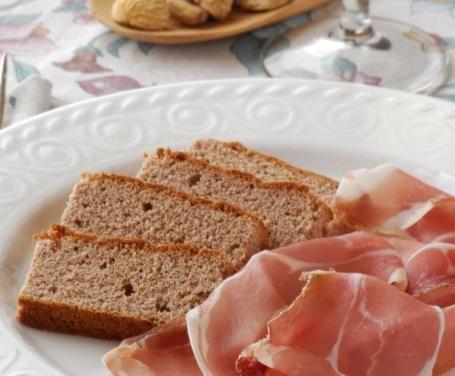 Soffice, saporito e sfizioso, il pane di castagne è perfetto da gustare sia da solo che con i salumi che più preferite, come ad esempio il prosciutto crudo.