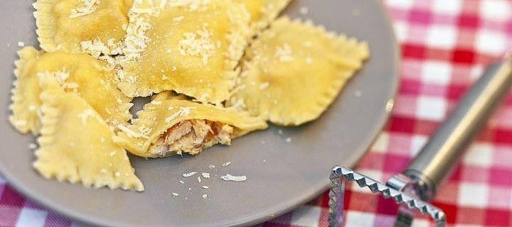 Zelfgemaakte ravioli met gerookte kip, parmezaanse kaas en citroen
