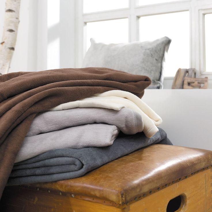 Ibena Uni Wohndecke Porto in weichem Material. In dem flauschigen Mischgewebe wird die Uni Wohndecke zum verwöhnenden Highlight.  #wohndecke #plaid #sofa #couch #braun #brown #grau #grey #beige #weich www.bettwaren-shop.de