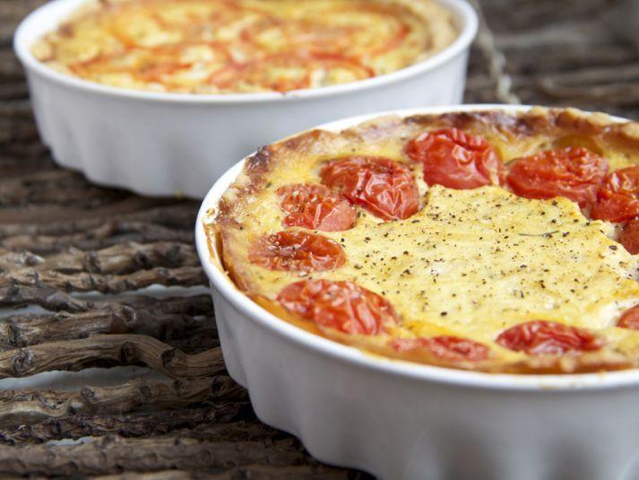 Ruokaisa juusto-tomaattipiirakka maistuu niin lounaana kuin iltapalanakin. #cremebonjoursuomi #piirakka #lounas #iltapala #tomaatti #tomaattijuustopiirakka www.cremebonjour.fi