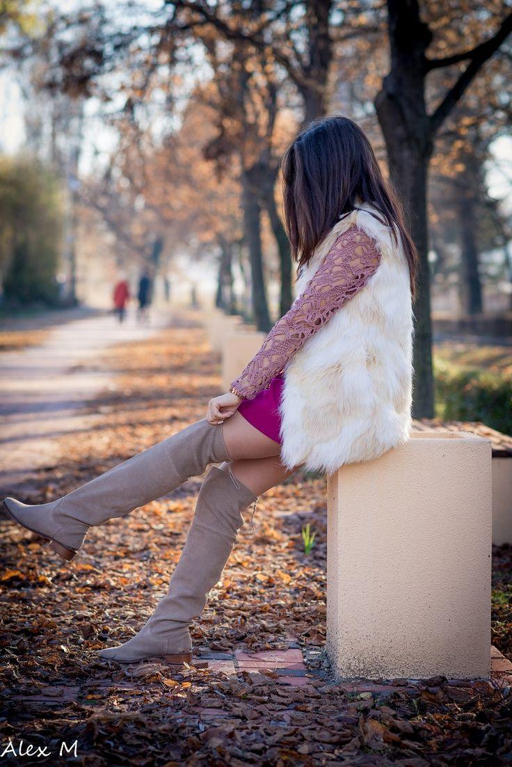 roz prafuit, fusta grena, vesta de blana, ceas aramiu, unghii albe (6)