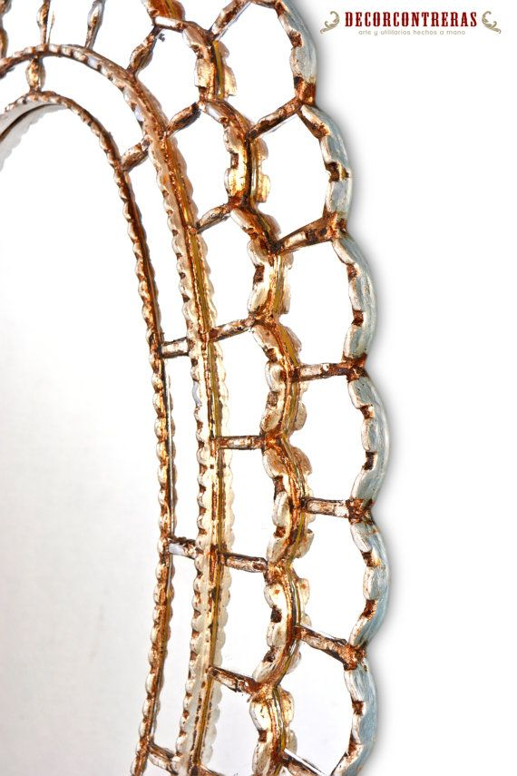 CUZCAJA, RE SOLE ASTRALE STILE SPECCHIO OVALE - HOME - ARTIGIANATO PERUVIANO DECOR  Re sole astrale, specchio tradizionale e moderno è fatto interamente a mano, bagnata in foglia argento. Specchio decorativo incarna la tradizione dellarte del vetro dipinto stile cuzcaja nel Perù, specchi sono collocati nella struttura in legno placcata in foglia dargento, dando vita a un specchio in stile classico specchio fatto a mano 100%  ►DETALLE DELLARTICOLO…