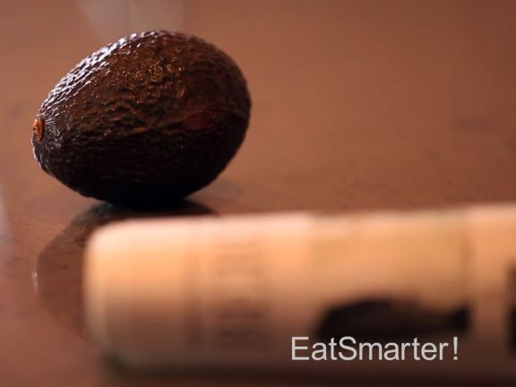 EAT SMARTER verrät Ihnen, wie Sie Avocados schneller reifen lassen können!