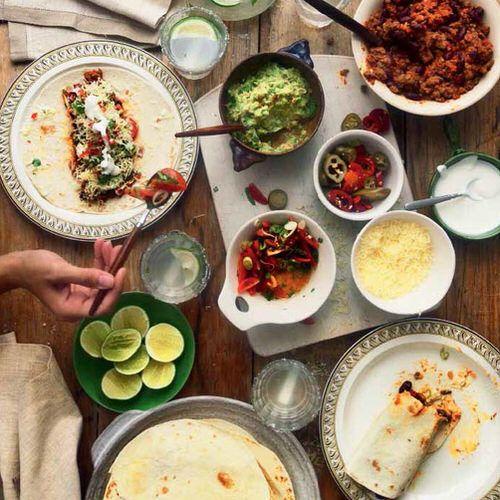 Mexicaanse burrito's met rundvlees en guacamole, uit het kookboek '6 uur thuis, 7 uur eten' van Sophie Wright. Kijk voor de bereidingswijze op okokorecepten.nl.