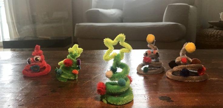 Ja… ich weiß, Weihnachten ist noch lange hin. Aber viele von euch fragen sich jetzt schon: Was können wir in den nächsten Monaten basteln? Hier, dieMini-Weihnachtsbäume aus Pfeifenputzern sind absolut der Hit. Material für Mini-Weihnachtsbäume aus Pfeifenputzern… …ist einfach: Pfeifenreiniger und PomPons. Und Kleber. So, jetzt kommt das, was ihr ein wenig üben müsst: Einfach …