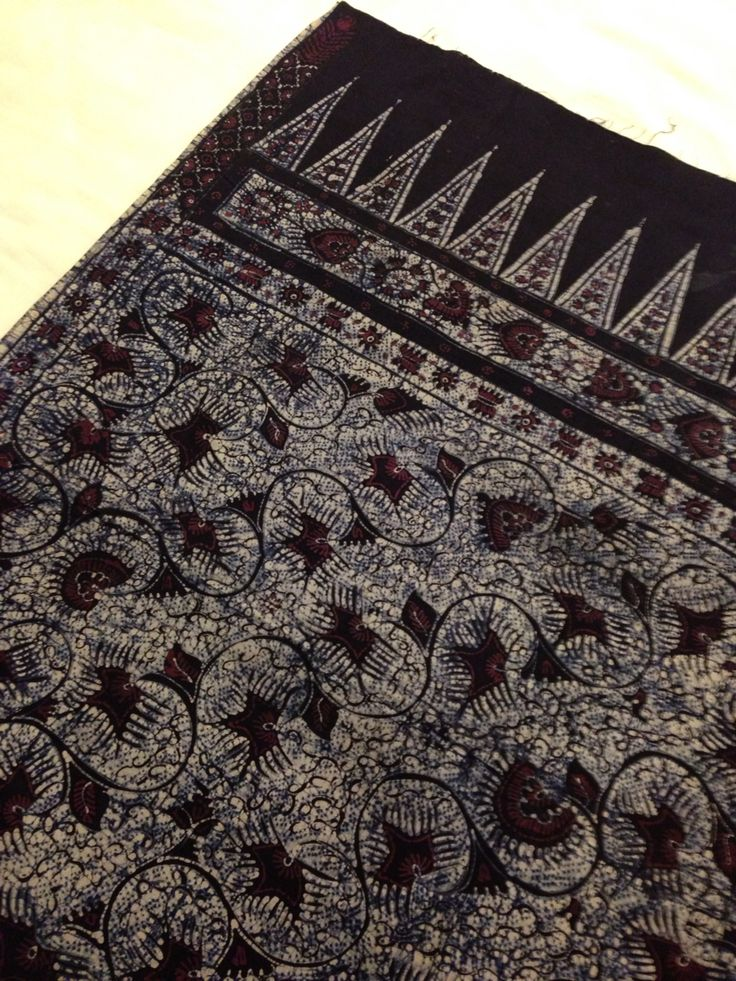 "Hand-drawn vintage batik from Batik Sekarayu Tuban. They use ""cocohan"" technique or piercing the textile to make it ""bleed"" as isen or filler motives background, using natural dye from leaves, flower or wood bark. Private collection of Arief Laksono."