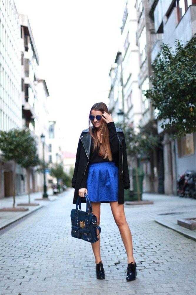 Las blogueras y el 'touch of colour' Silvia García, autora de Bartabac. En este look el 'touch of colour' se encuentra en la falda en azul eléctrico. El resto del estilismo está compuesto por un jersey, un abrigo, unos zapatos, un bolso, un colgante de Agatha y unas gafas oscuras de sol.