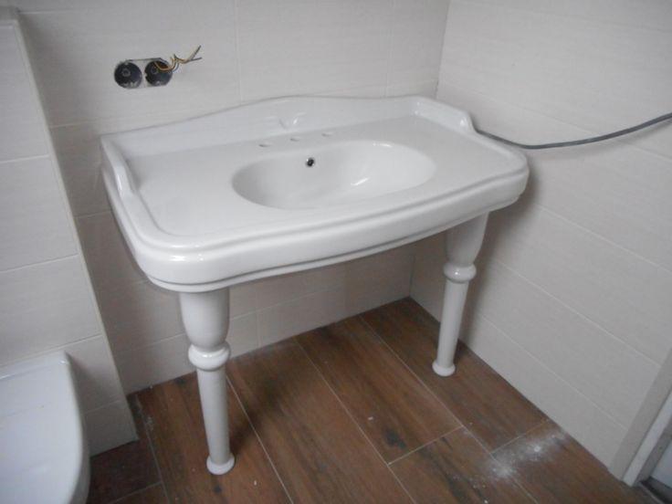 De prachtige oude wastafel uit een oud statig Arnhems huis die ik via Marktplaats heb bemachtigd staat fantastisch in onze badkamer