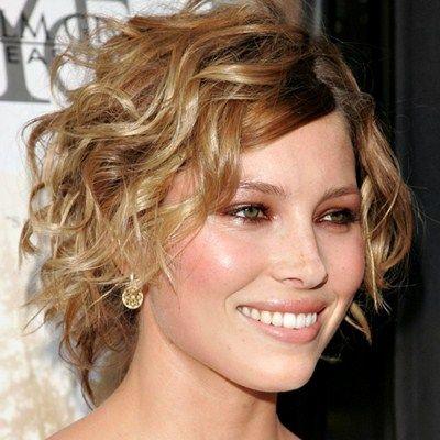 Opciones de cortes de pelo y peinados para un cabello ondulado, rizado o con rulos. Cortes cortos, desmechados, rectos, alocados, convencionales y mucho más.