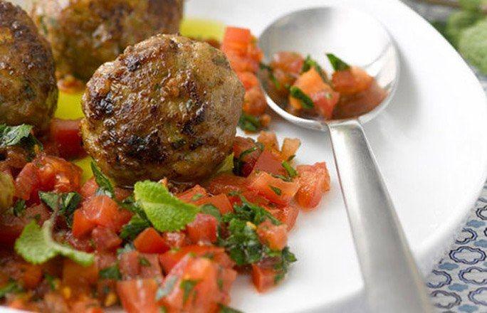 Fleischbällchen mit Minze auf Tomatenbett