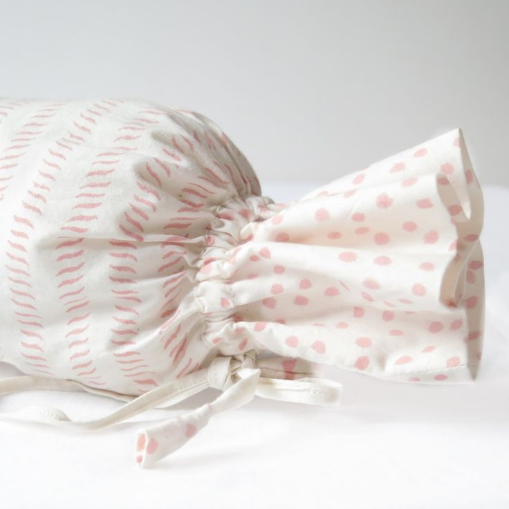 Rulo de bebé en tonos rosas.Su textura es muy suave al ser 100 % algodón.Producido de forma artesanal con la técnica tradicional llamada hand block print junto a una de las mejores artesanas de la India.