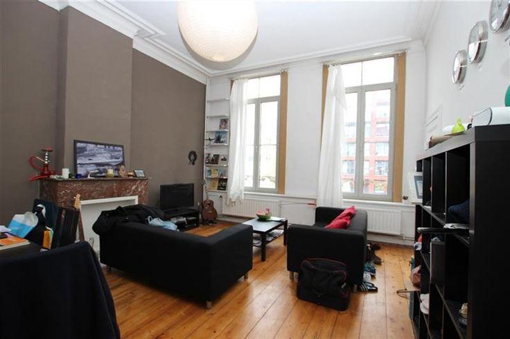 Appartement - 750€ - Nassaustraat 15, 2000 ANTWERPEN 2000 - Ruim appartement met 2 slaapkamers, gelegen op de eerste verdieping. Op het hippe eilandje dichtbij het MAS.  Het appartement heeft een grote leefruimte met hoge plafonds, aansluitend een geïnstalleerde open keuken. Twee slaapkamers met een ruime badkamer en sauna.   Huurprijs €750/maand + €80/mnd gemeenschappelijke kosten, provisie water en verwarming) EPC205  Bekijk ons volledig aanbod ook op www.immoscoop.be      Klik…